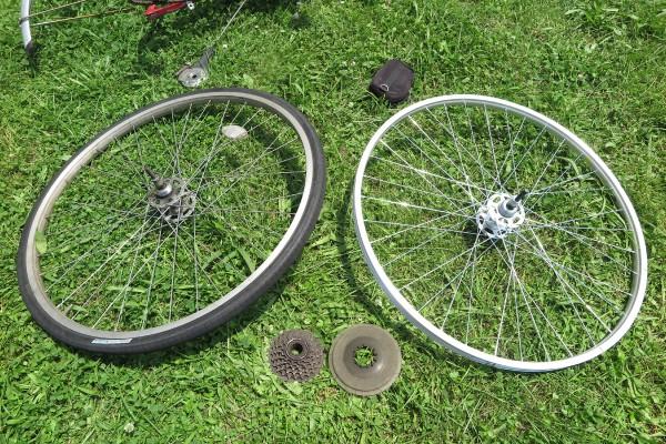ギアを分離出来た古い後輪と、これからギアを取り付ける新しい後輪